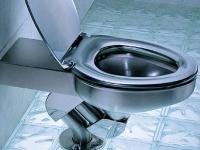 Een schoon toilet na het onstoppen van een verstopping